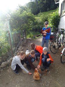 Bei der Ferienfreizeit werden morgens erstmal die Hühner begrüsst.