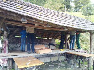 Das Schmiededach bekommt am Mitmachtag neue Schindeln