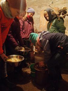 KuK - die Kochgruppe öffnet den Sauerkrauttopf vom Herbst